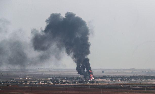 Savu nousi torstaina kurdikylästä Turkin moukaroidessa YPG:n asemia.