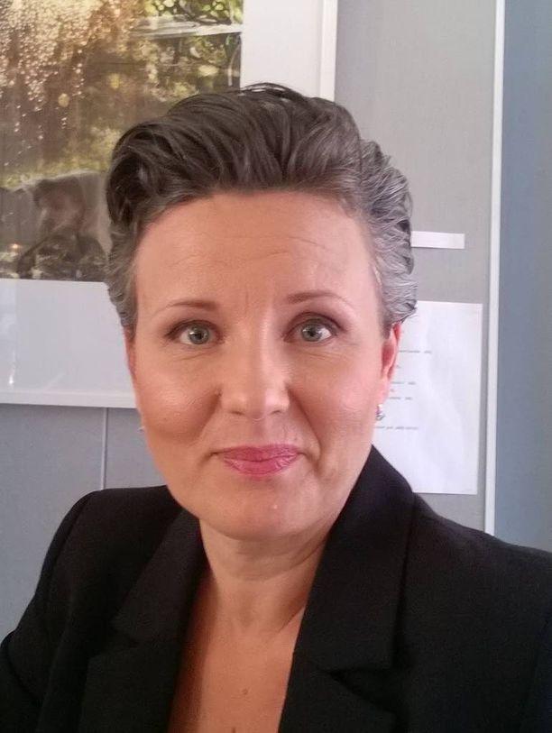 Psykologi Annamari Heikkilä kehottaa kokeilemaan suklaasta nauttimista ennen imurointia.