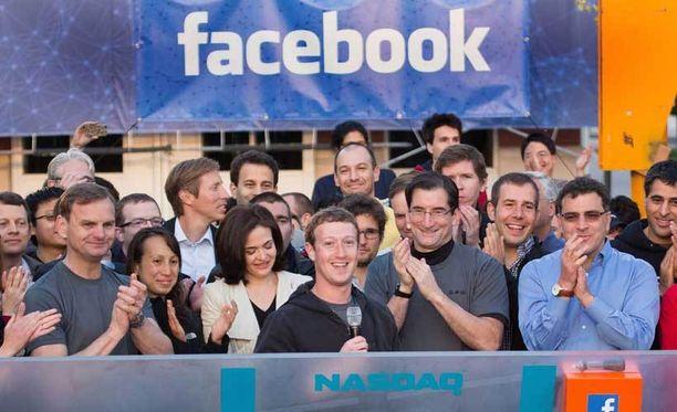 Facebookin perustaja Mark Zuckerberg soitti Nasdaqin kelloa pörssiin listautumisen merkiksi Kaliforniassa.
