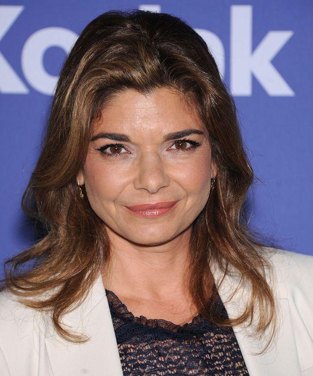 Laura San Giacomo muistetaan myös Sex, Lies and Videotape -elokuvasta. 2000-luvun taitteessa hän näytteli suositussa komediasarjassa Just Shoot Me! Sen jälkeen näyttelijä on tehnyt muutaman leffan ja enemmänkin televisiotöitä.
