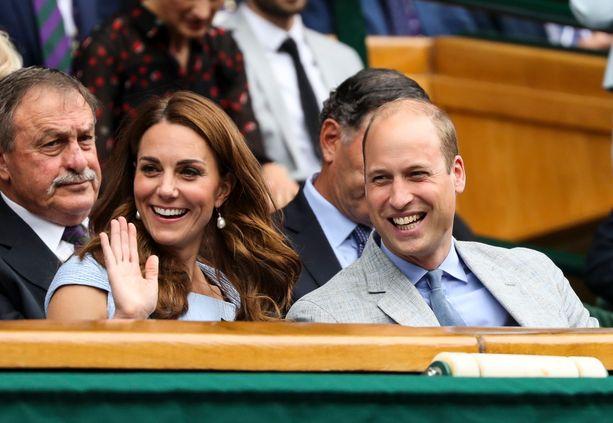Tenniskatsomon yleisössä istui monia herttuaparin ystäviä.