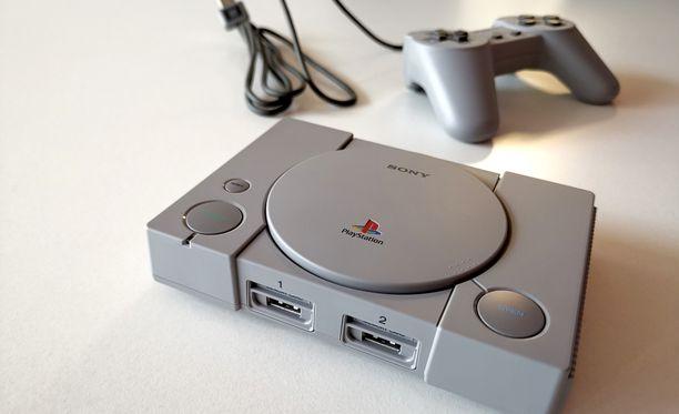 Playstation Classic on lähes puolet pienempi kuin alkuperäinen Pleikkari.