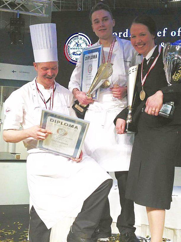 Kuvassa vasemmalta Kokki-kisassa hopeaa saavuttanut Ismo Sipeläinen, Nuori Kokki-kilpailussa kultaa voittanut Lari Helenius ja Tarjoilija-kilpailussa kultaa voittanut Saara Alander.