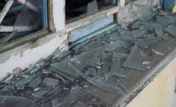 Poliisi kertoo, että tekijät pääsivät sisään rikkomalla ikkunoita. Kuvituskuva.