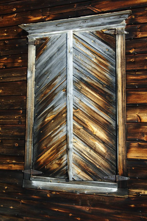 Sisätiloihin saa valoa raottamalla ikkunaluukkuja. Paikalla käyneet suosittelevat myös oman taskulampun mukaan ottamista.