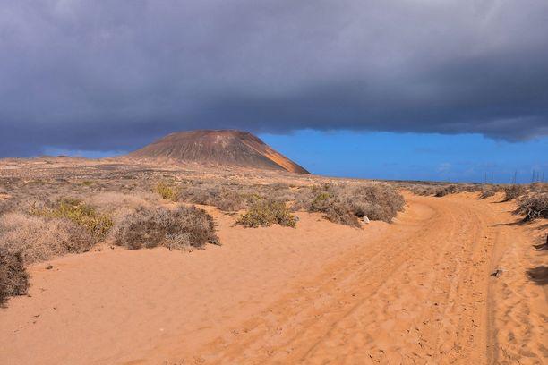 Luonto on hiekkaista ja karua. Teitä ei täällä ole asfaltoitu.
