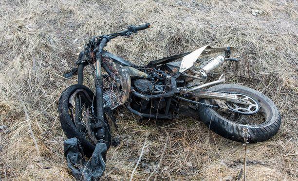 Mopon polttoainetankki vaurioitui risteyskolarissa Haminassa lava-auton kanssa, ja bensiini syttyi tuleen ilmeisesti törmäyksessä syntyneestä kipinästä.