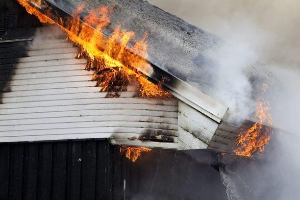 Talo oli tuhoutunut palossa kun poliisi saapui paikalle. Kuvituskuva.