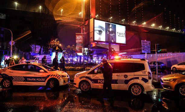 Poliisit sulkivat yökerhon alueen iskun jälkeen uudenvuodenyönä.
