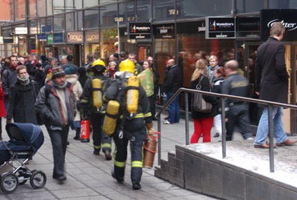 Palomiehet menivät sammuttimet kädessä sisälle WTC-taloon ihmisten odottaessa Ateneuminkujalla.