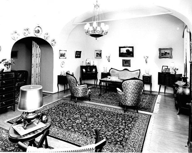 Kuvassa Presidentinlinnan sisätiloja presidentti Kekkosen ajalta. Rokokoosohva ja -nojatuolit oli sijoitettu kahvipöydän ympärille.