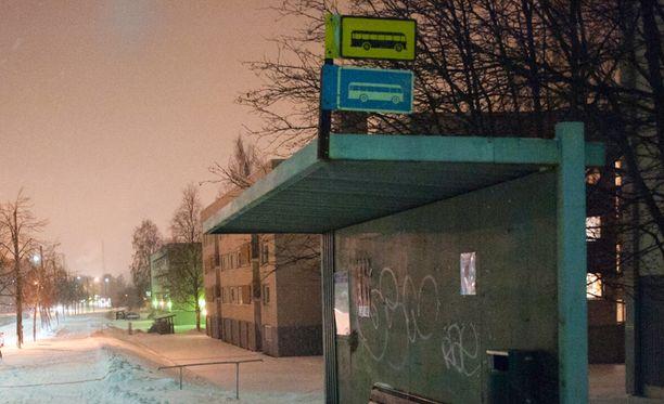 Pariskunta poimi horkassa olleen nuoren miehen autoonsa Helsingissä viikonloppuna. Kuvan bussipysäkki ei liity tapaukseen.