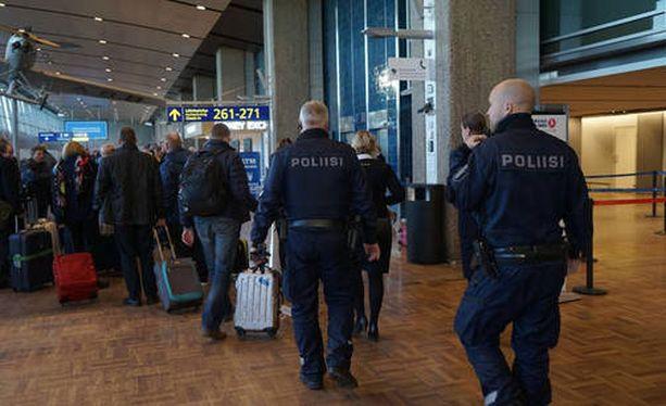Poliisit eristivät terminaali 2:n Helsinki-Vantaalla.