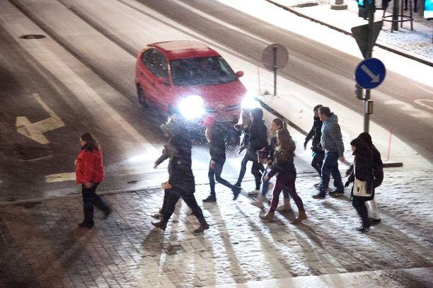 Rikosoikeuden professorin mielestä suojateillä tapahtuneisiin päälleajoihin pitäisi soveltaa törkeän liikenneturvallisuuden vaarantamisen tunnusmerkistöä.