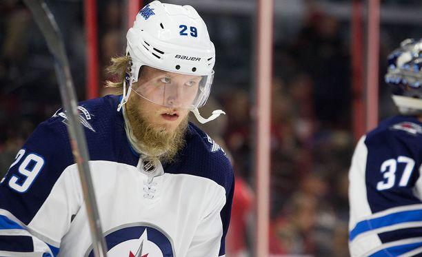 Patrik Laine on kaukalossa, kun Winnipeg Jetsin ja Nashville Predatorsin välinen pudotuspelisarja alkaa. Runkosarjaykkönen Predators vei joukkueiden runkosarjakohtaamiset nimiinsä voitoin 3-2.