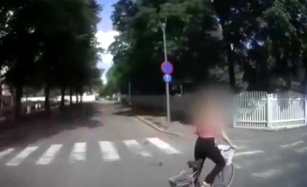 Tilataksin ja pyöräilijän kolari oli lähellä sunnuntaina Tampereen keskustassa, kun pyöräilijä ajoi yksisuuntaista katua väärään suuntaan.
