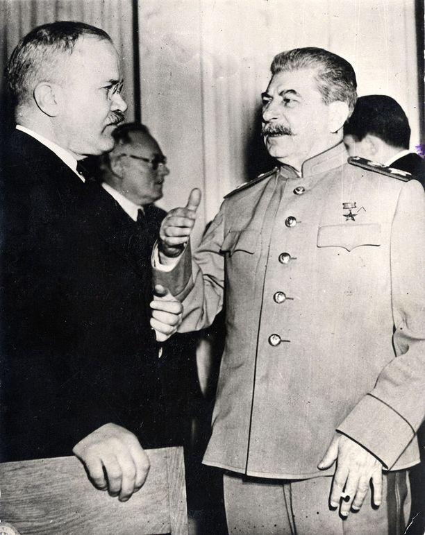 Paasikivi oli ansainnut Stalinin luottamuksen ja Kekkonen alkoi sitä hankkia, tehtyään jyrkän käännöksen vuonna 1943. Kuvassa myös ulkoministeri Molotov.