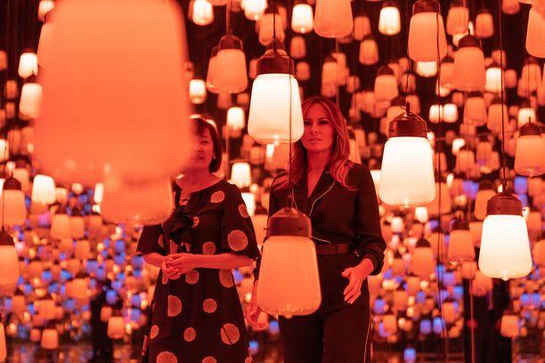 Japanin pääministerin vaimo ja Melania Trump kävivät digitaalisessa museossa Tokiossa katsomassa teamLabin Borderless-näyttelyä.