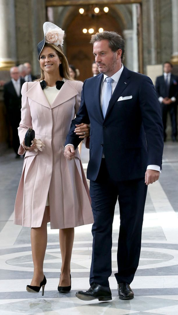 Madeleinenkin kaunis hymy alkaa jäykistyä. Chris O'Neill taluttaa prinsessaa vastenhakoisesti.