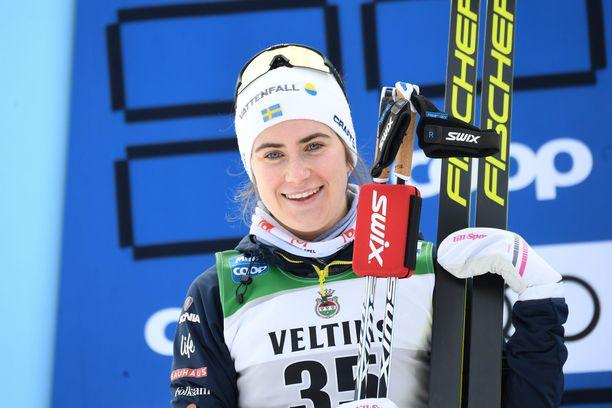 Ebba Andersson päihitti muut 15 kilometrin vapaan yhteislähtökisassa.