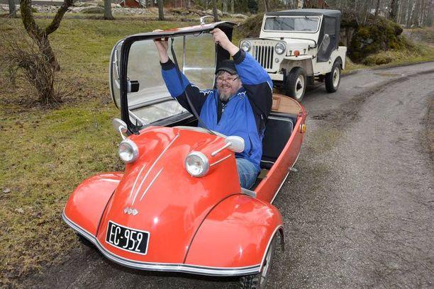 Timo Lehtinen näyttää, että isompikin mies mahtuu kääpiöauton kabiiniin.