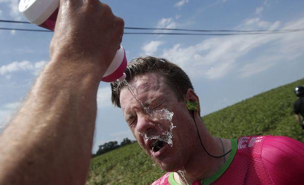 Kilpailijoiden silmiä puhdistettiin muun muassa vedellä.