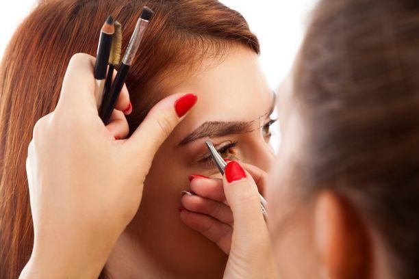 Microbladingilla halutaan usein helpostusta arkeen, jotta kulmakarvoja ei tarvitsisi enää meikata. Kuvituskuva.