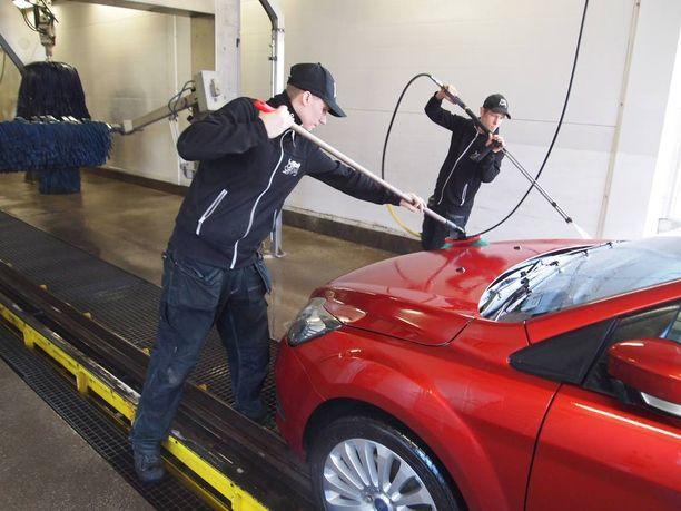 Tehdas maksaa työntekijöidensä autonpesun.