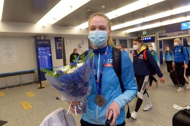 Lotta Kemppinen palasi maanantaina illansuussa Puolan EM-kisoista Suomeen Helsinki-Vantaan lentoasemalle hopeamitali kaulassaan.