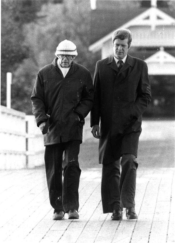 Sairausloman aikana presidentti teki lyhyitä kävelylenkkejä Seurasaaressa. Kuva on otettu 6. lokakuuta 1981.