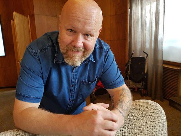 Vaara elää yksin talossaan Mäntyharjulla ja seurustelee kolmatta vuotta.