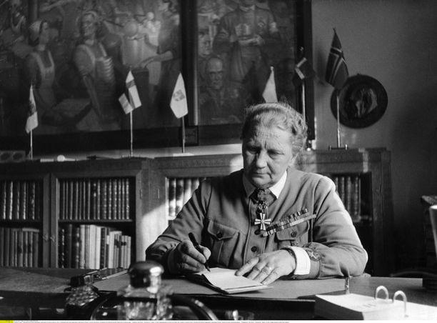 Fanni Luukkonen työpöytänsä ääressä vuonna 1942. Kuva on julkaistu saksalaisessa Signal-aikakauslehdessä.