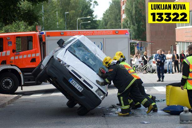 Palomiehet käänsivät keskelle katua katolleen päätyneen pakettiauton oikeinpäin.