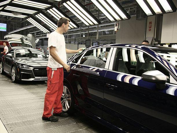 Saksalaisinvestointeja. Alhainen palkkataso on tärkeä osa Unkarin vetovoimaa. Audin moottoritehtaalla Göyrissä valmistetaan myös autoja.