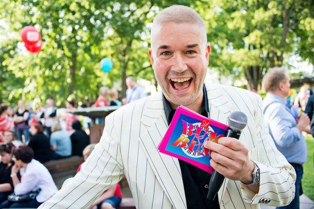 Marco Bjurström teki comebackin Bumtsibum-ohjelman juontajana esiintyessään heinäkuussa Porin SuomiAreena-tapahtumassa.
