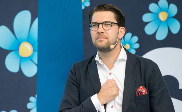 Jimmie Åkesson johtaa nyt mittausten mukaan Ruotsin suurinta puoluetta.