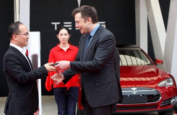 Musk ojensi Teslan avaimet auton onnelliselle omistajalle Kiinan Shanghaissa keväällä 2014. Musk ei ole käynyt samanlaisella markkinointireissulla Moskovassa.