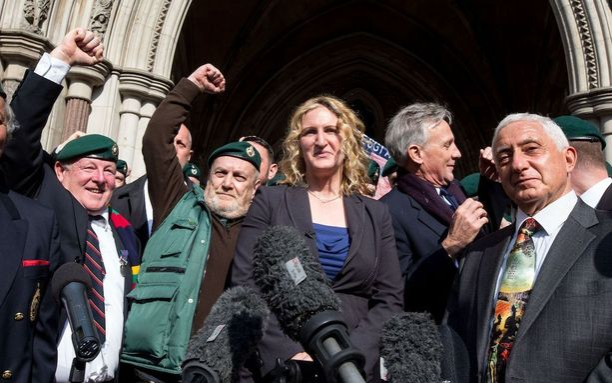 Blackmanin tukijat ja hänen vaimonsa Claire Blackman juhlivat tuomioistuimen edustalla tiistaina, kun kävi ilmi, että tuomittu pääsee vapaaksi jo ensi kuussa.
