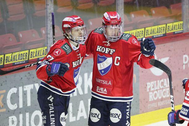 HIFK:n Ville Leskinen (vas.) ja Jere Sallinen tuulettavat Leskisen tekemää ja Sallisen syöttämää 1-0-maalia.