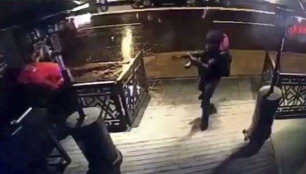 Maanantaina iltapäivällä Turkin viranomaiset julkaisivat ensimmäisen valvontakamerakuvan terroristiepäillystä.