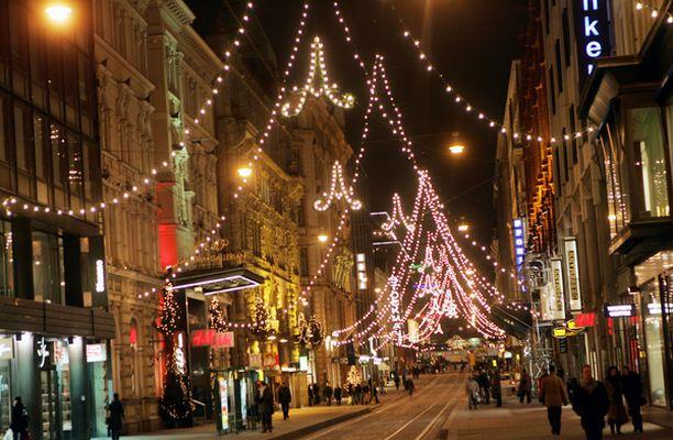 Jouluvalot palavat Aleksanterinkadulla loppiaiseen asti.