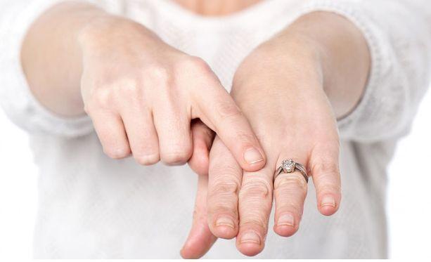 Mies kimpaantui, kun avovaimollaan ei ollut kihlasormusta sormessa.