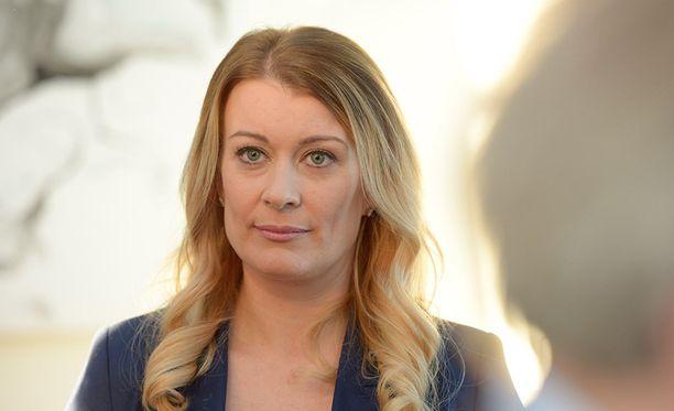 Kirsi Alm-Siira on MTV3:n uutisankkuri ja Studion toinen juontaja.