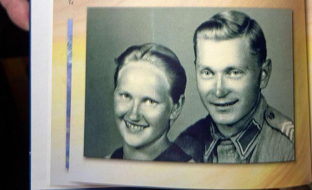 Veteraani Tauno Tikkanen on ollut yhdessä Martta-vaimonsa kanssa jo 76 vuotta. Kuvassa parin kihlajaiskuva.