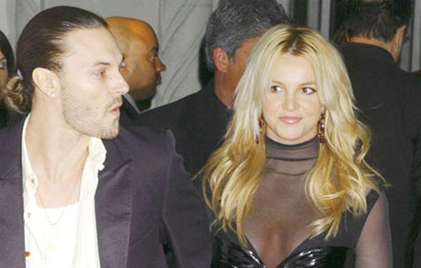 HUPS. Britney on ottanut ilon irti elämästään ilman Keviniä (vas).