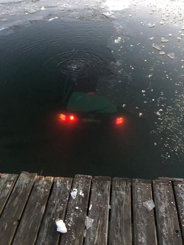 Kemiönsaaressa asuva Kimmo näki, kun ohi kaasutelleen auton takavalot katosivat. Ne näkyivät merestä käsin, kun Kimmo kiiruhti katsomaan, mitä oikein tapahtui.