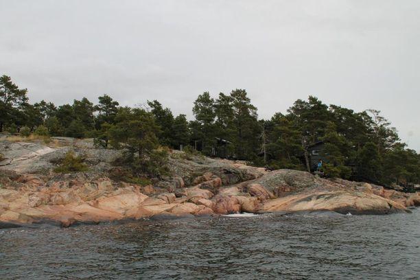 Omaa rantaviivaa on noin 65 metriä. Tontin pinta-ala on 6 680,0 neliömetriä.