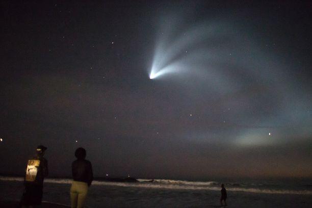 Katsojat ihailivat Venicen uimarannalla Los Angelesissa Falcon 9 -raketin laukaisua.