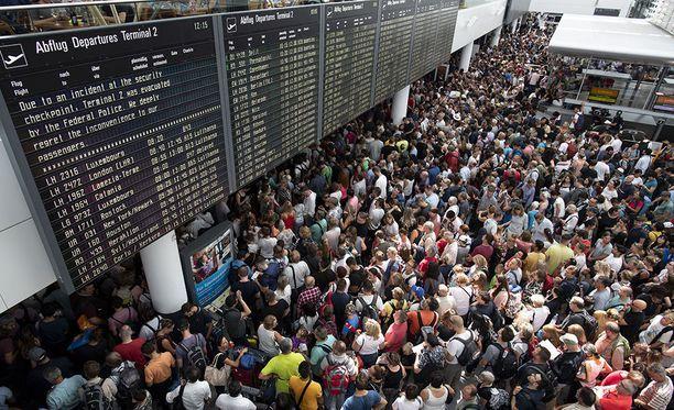 Tänä vuonna Saksassa on sattunut monta tilannetta, jolloin lentoja on jouduttu perumaan. Kuva Münchenin lentokentältä viime kesältä, jolloin nainen ryntäsi turvatarkastuksen läpi ja kenttä jouduttiin evakuoimaan osittain.
