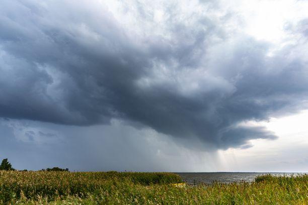 Saderintama leviää päivällä länsirannikolta kohti Keski-Suomea ja pääkaupunkiseutua.